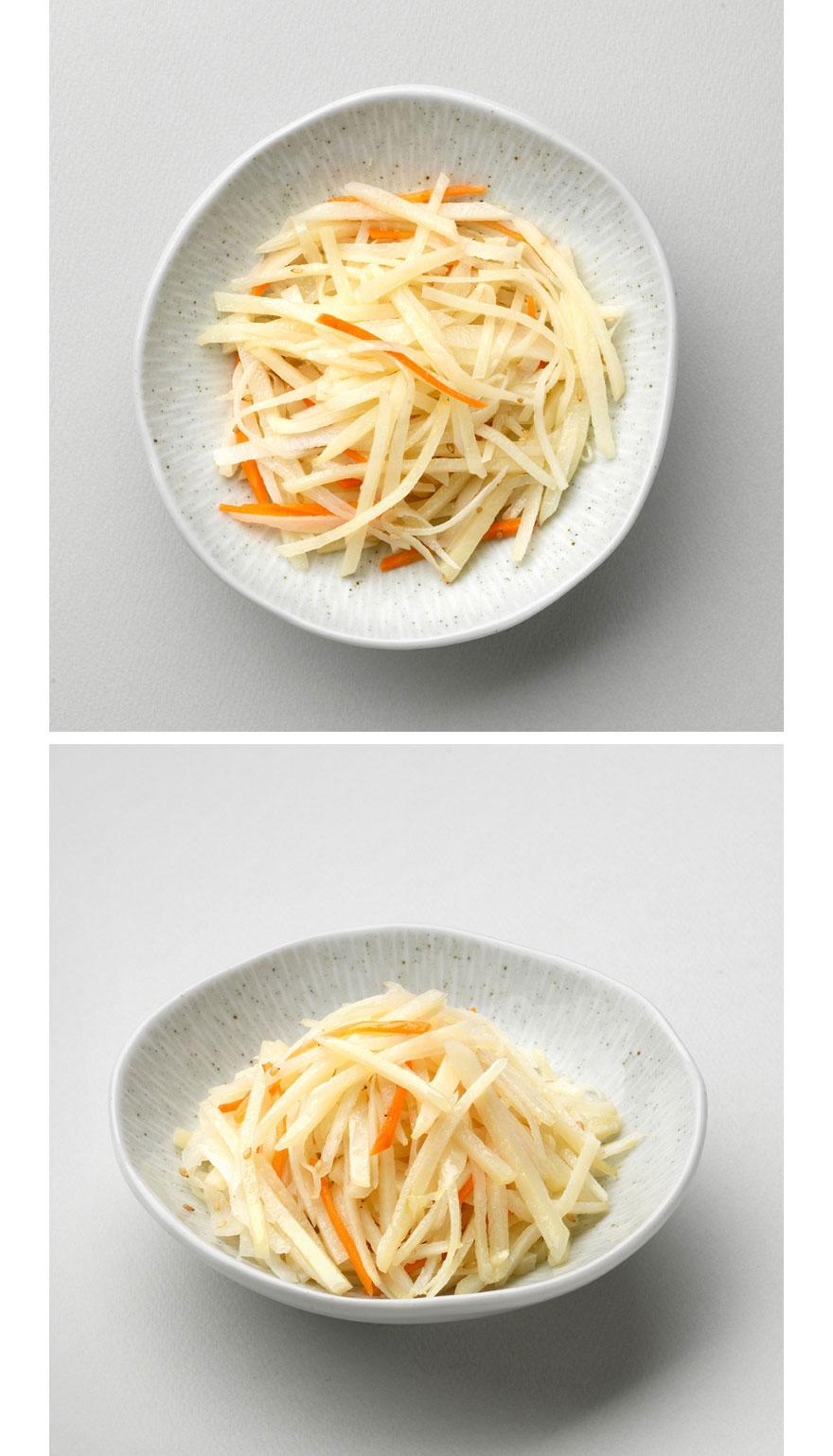 감자채볶음 고소하면서도 담백한 감자채볶음이에요. 잘못 볶으면 감자가 덜 익어 서걱거리거나 너무 익어서 다 부서지는데요. 집반찬연구소 감자채 볶음은 감자를 볶을 때 육수를 한수저씩 넣어가며 볶기 때문에 느끼하지 않고 잘 익은 감자채를 맛볼 수 있습니다. 먹고 남은 감자채는 볶음밥 만들 때 속재료로 함께 넣어도 정말 좋습니다.