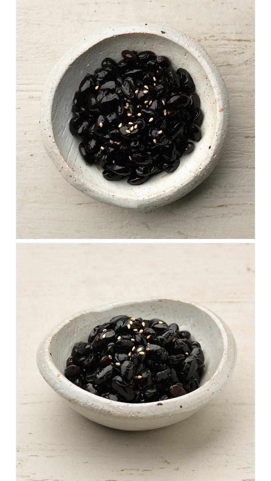 검은콩조림 국내산 검정콩은 영양소가 많이 들어있어 약콩이라고 불리기도 하는데요. 딱딱하지 않고 부드럽게 졸인 콩자반을 밥에 듬뿍 넣어 함께 먹으면 콩밥처럼 먹을 수 있어요. 냉장고에 들어있는 콩자반만 봐도 마음이 든든하답니다.