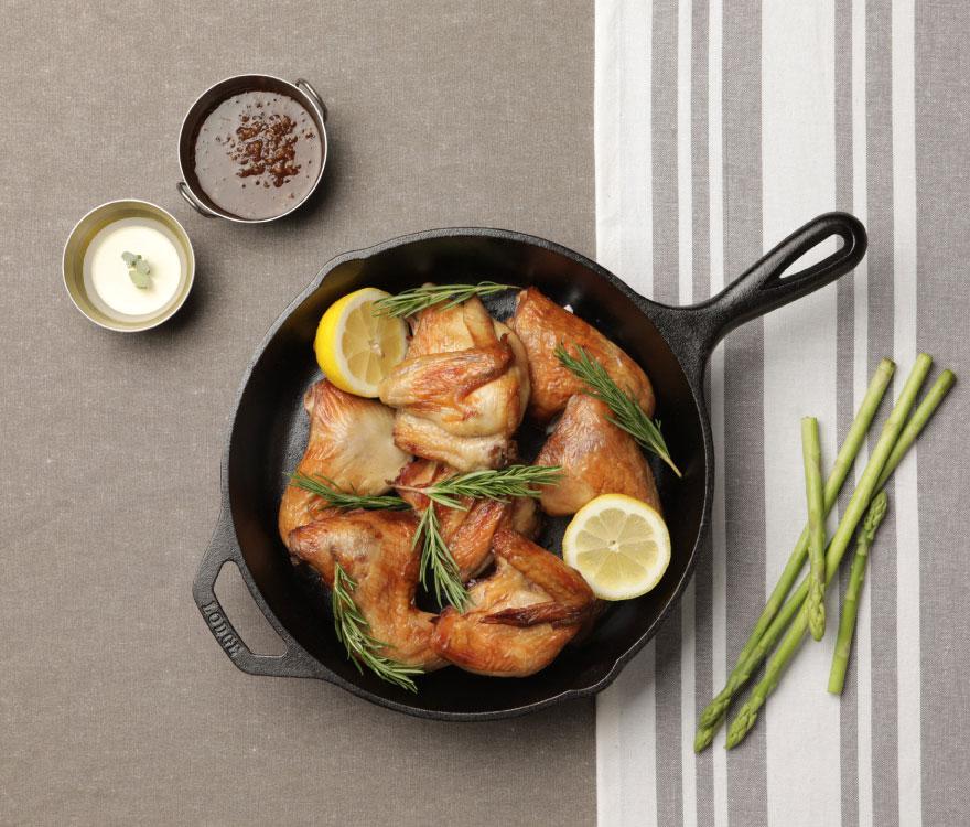가장 한국적인 치킨 이러한 고민을 야들리애 대표와 집반찬연구소 대표가 나누던 중 갑자기 이런 생각을 했습니다. 가장 한국적인 치킨'을 만들면 어떨까? 야들리애의 치킨 야채염지기술과 집반찬연구소의 한국적인 맛을 더해 오븐에 구워 건강하게 만들자. 글로벌 치킨 기업 야들리애와 프리미엄 반찬 1등 기업 집반찬연구소가 163일간 콜라보레이션을 통해 자신 있게 선보입니다.