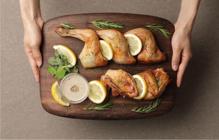 오븐으로 구워 더 건강하게 치킨은 두꺼운 튀김옷을 기름에 튀겨 그 맛을 냅니다. 또한 강한 소스를 뿌려 자극적인 맛을 만듭니다.야들리애와 함께 개발한 '오븐치킨'은 튀김 옷 없이 오븐에 구워, 닭고기 담백함과 한식 양념이 잘 조화된 본연의 맛을 느끼 실 수 있습니다.